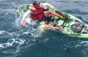tubarão vira caiaque de pesca